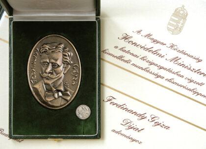 Ferdinandy Gejza - award, plaque: bronze, cast, 100 x 70 mm, badge: brass, struck, nickel-plated, 20 mm, founder: Minister of Defense