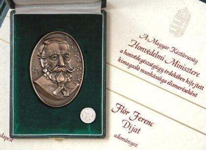 Ferenc Flór - award, plaque: bronze, cast, 100 x 70 mm, badge: brass, struck, nickel-plated, 20 mm, founder: Minister of Defense