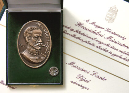 Lázár Mészáros - award, plaque: bronze, cast, 100 x 70 mm, badge: brass, struck, nickel-plated, 20 mm, founder: Minister of Defense